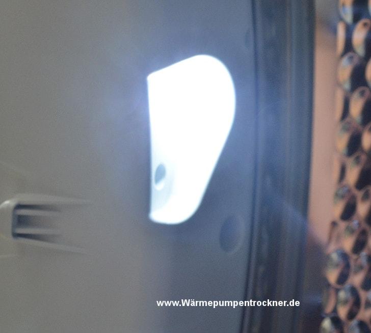 Hier sehen Sie die Lampe im Inneren des Trockners.